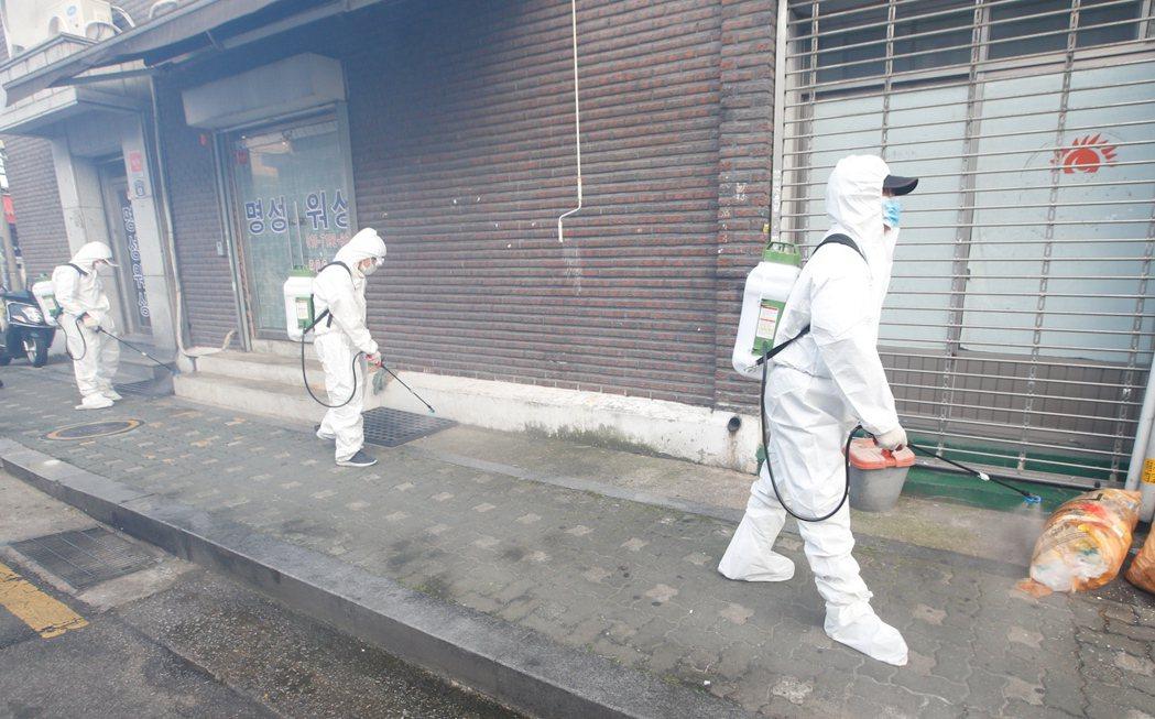 韓國疫情在8月以首都圈為中心再次爆發,確診數雖有下降但仍波動,民調顯示,高達4成...