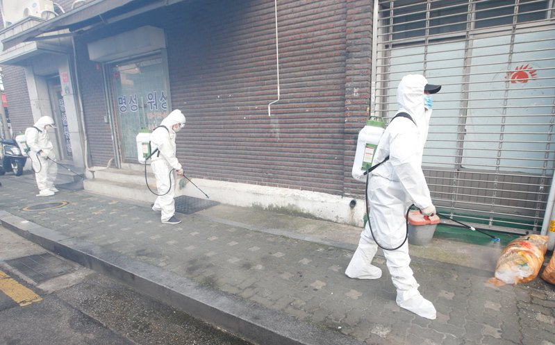 韓國近一週內確診感染2019冠狀病毒疾病(COVID-19,新冠肺炎)人數,每天平均增加近300例,若疫情未改善,全國社交距離規範等級可能都必須提升至第2階段。 歐新社