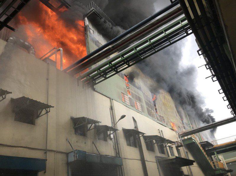 彰化縣正新輪胎工廠的二樓全面燃燒。 圖/消防局提供