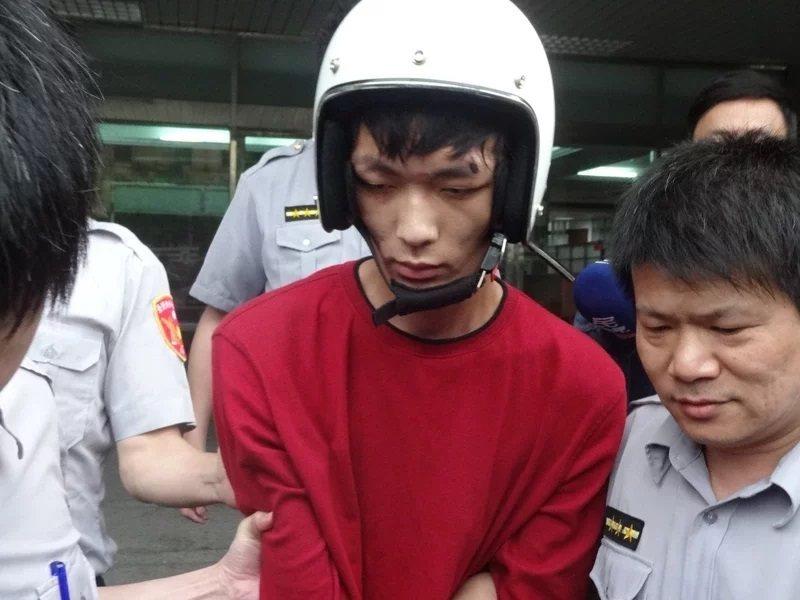 圖為已伕法的鄭捷案發後,在地檢署法警押解下,送往台北看守所入監情形。報系資料照/記者袁志豪攝影