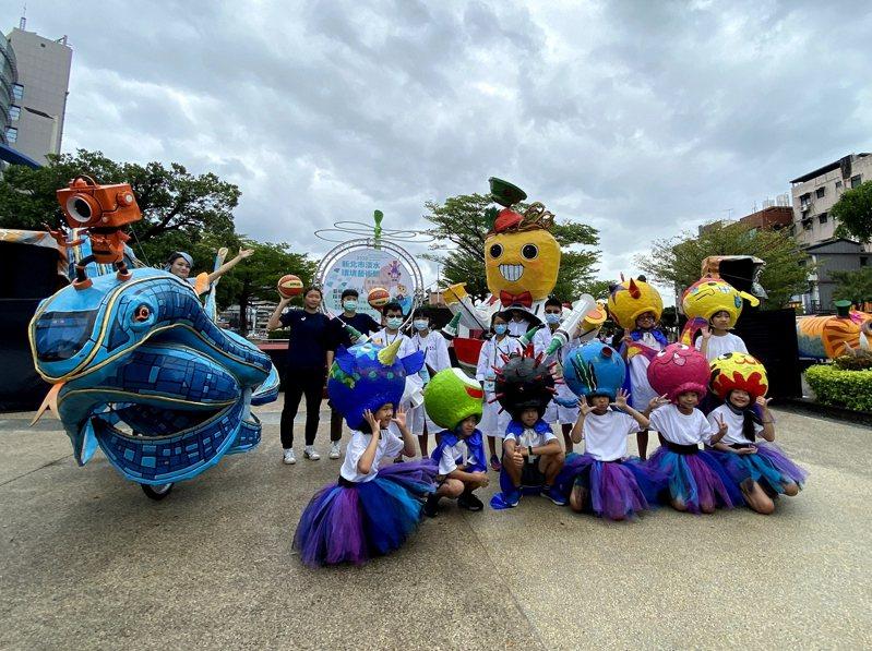 2020淡水環境藝術節27日將會有10隊特色表演團體,淡水國小美術班小學生以可愛的「星球人」造型唱跳表演。 圖/紅樹林有線電視提供