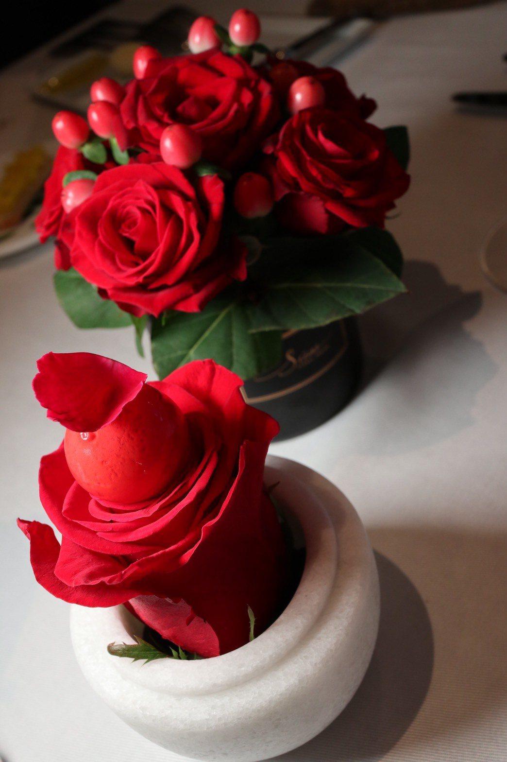 將法國經典甜點巴巴露亞(Bavarois)著重於水果香氣的特色重現,製成〈覆盆子...
