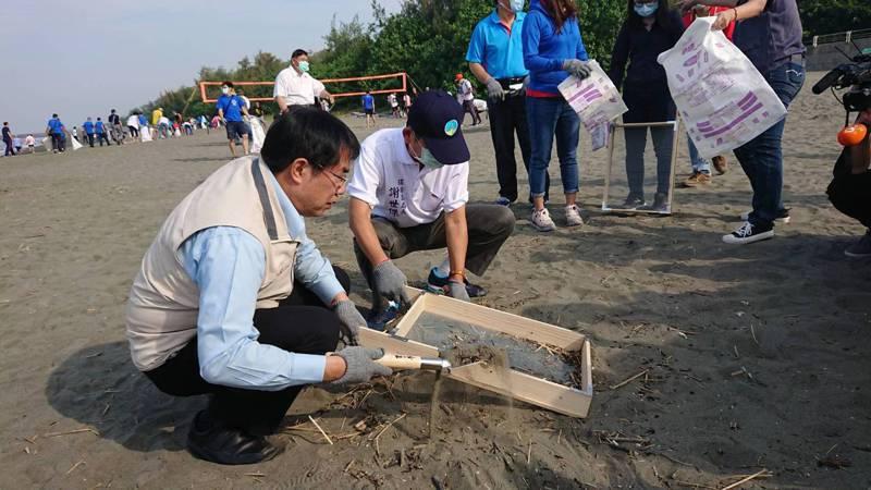 台南市環保局提供密網篩子來淨灘,市長黃偉哲也一起淨灘。記者鄭惠仁/攝影