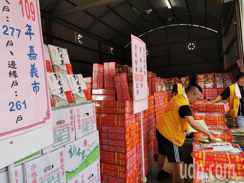 嘉義九華山地藏庵今天發放贊普物資2300分,還加碼1萬5000公斤白米。記者卜敏正/攝影