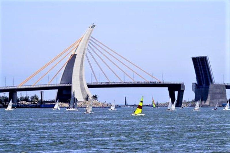 「2020大鵬灣帆船生活節」今天在屏東大鵬灣濱灣碼頭登場,為期10天的活動,大規模的帆船賽事外,還安排藝文表演、遊艇展示及海灣市集。圖/鵬管處提供