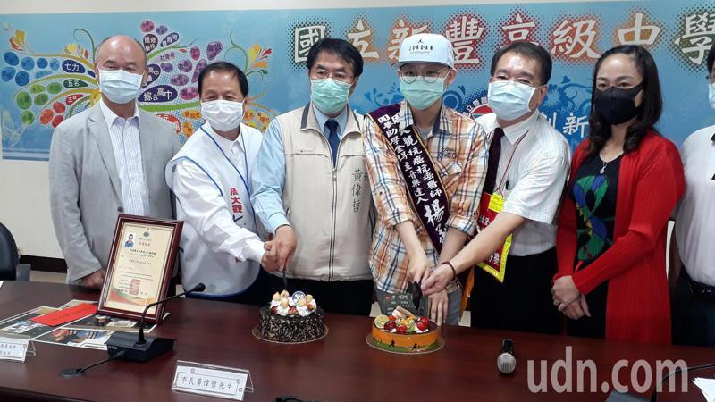 市長黃偉哲宇(左三)與周大觀基金會創辦人(左二)為黃偉哲慶生。記者周宗禎/攝影