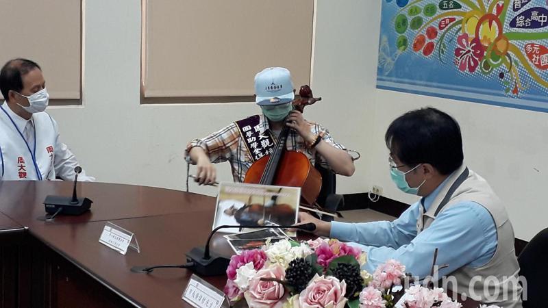 楊哲和演奏大提琴。記者周宗禎/攝影
