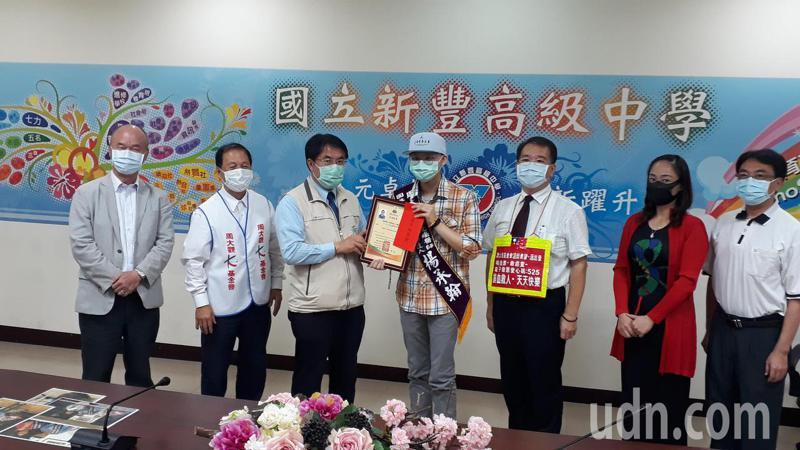 黃偉哲代表頒獎給楊承翰。記者周宗禎/攝影