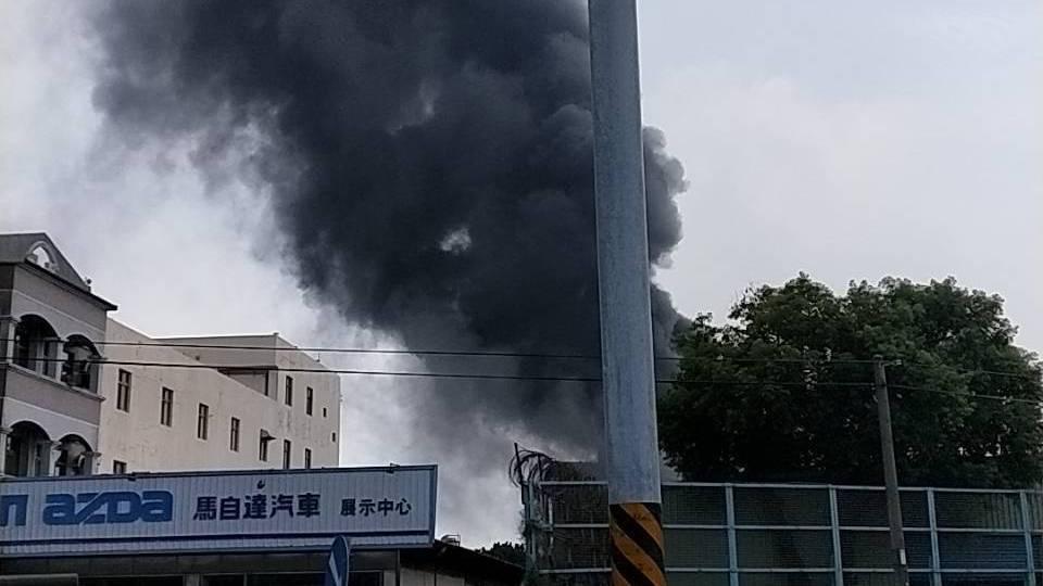 輪胎製造商正新輪胎溪州廠中午發生大火。圖/讀者提供