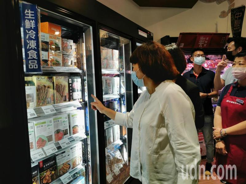 黃敏惠採購時強調,要特別注意肉品的產地標示。記者卜敏正/攝影