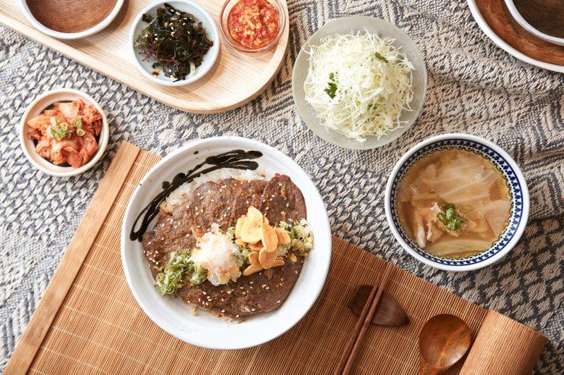 蒜香醬燒嫩煎牛里肌丼飯,選用牛板鍵的部位,肉和筋的完美搭配口感軟嫩,295元。圖/Drip Cafe提供