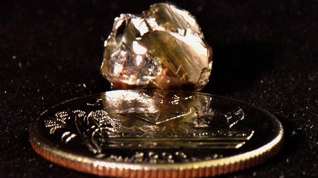 美國阿肯色州州立公園23日釋出民眾在鑽石坑州立公園撿到的9.07克拉鑽石。 美聯...