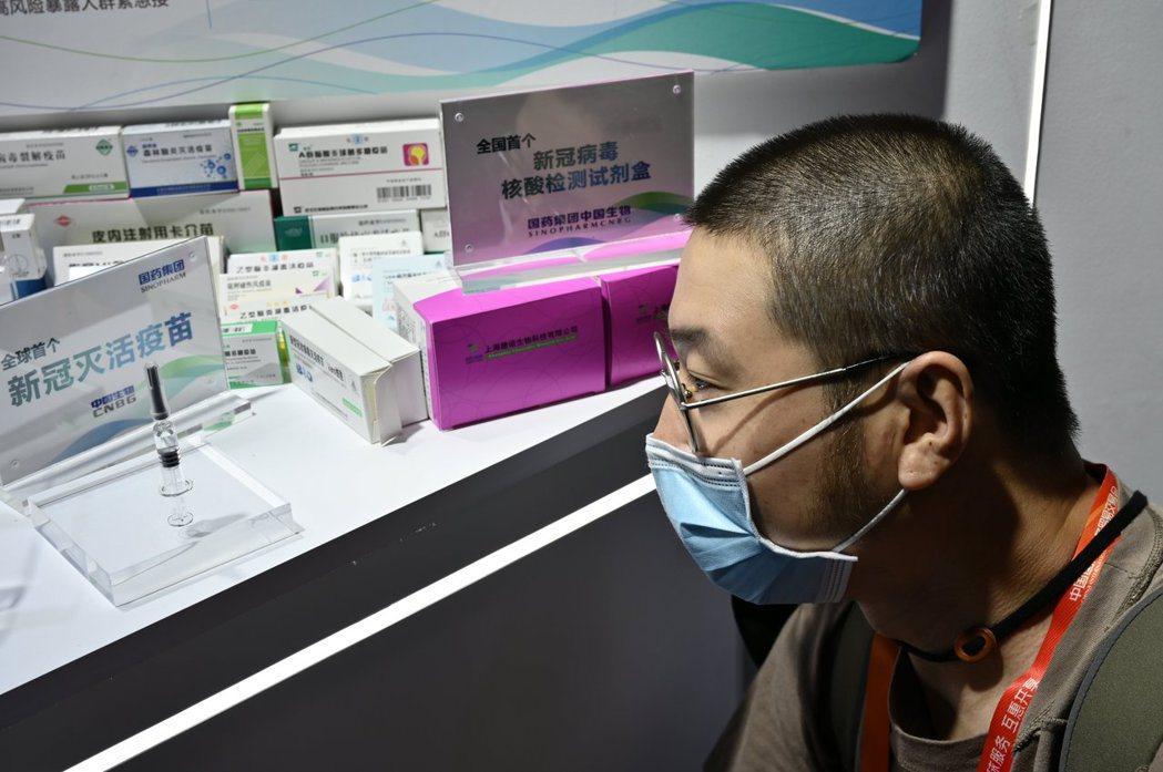 圖為大陸藥廠9月初在北京「2020中國國際服務貿易交易會」上,所展示的新冠病毒核...