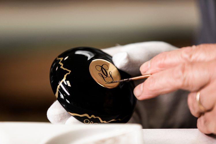 嬌蘭黑蘭鑽極萃乳霜-金繕頂級工藝限量版,瓷器由法國柏圖瓷器操刀。圖/嬌蘭提供