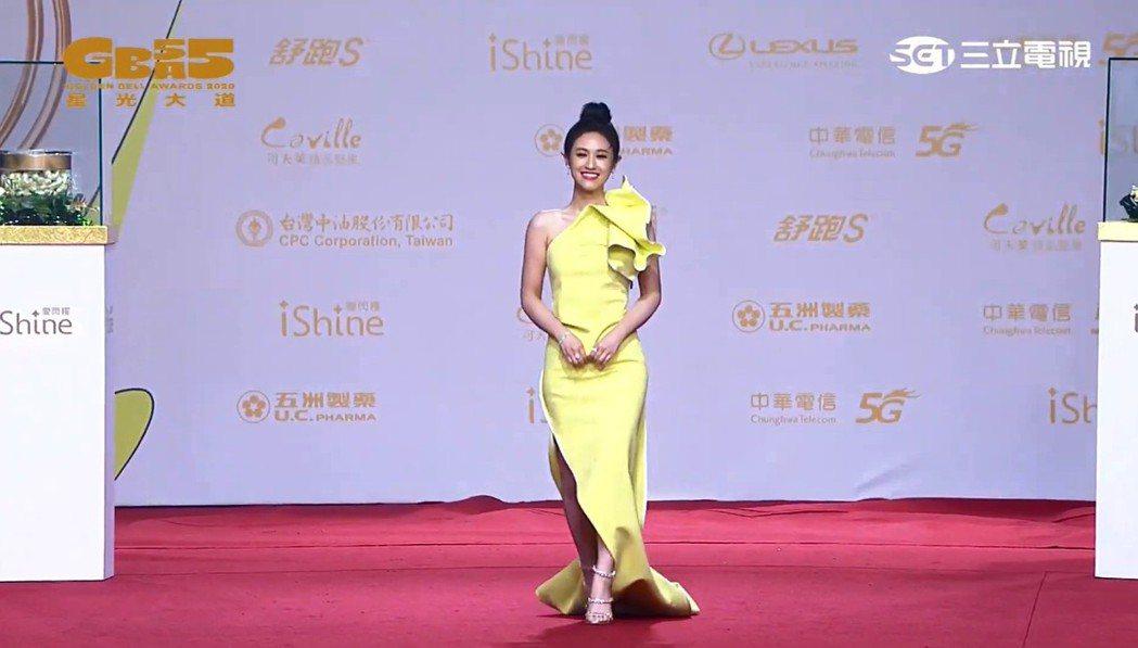 吳姍儒穿著黃色高衩禮服步上金鐘紅毯。圖/翻攝自金鐘獎YouTube