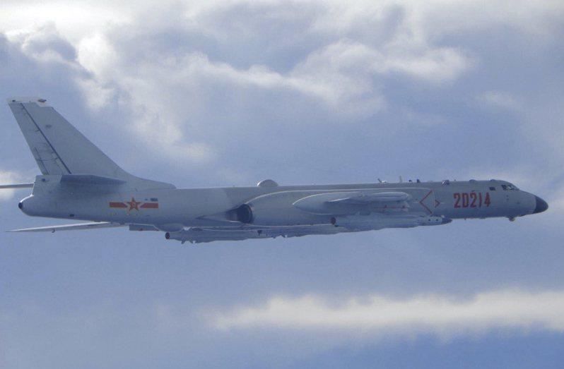 解放軍轟-6轟炸機18日飛近台灣防空識別區。(美聯社)