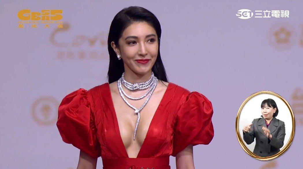 楊謹華的紅毯造型性感貴氣。圖/摘自YouTube