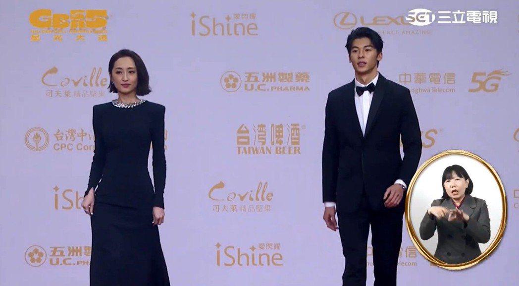 許光漢(右)與柯佳嬿刻意分很開走紅毯。圖/翻攝自金鐘獎YouTube