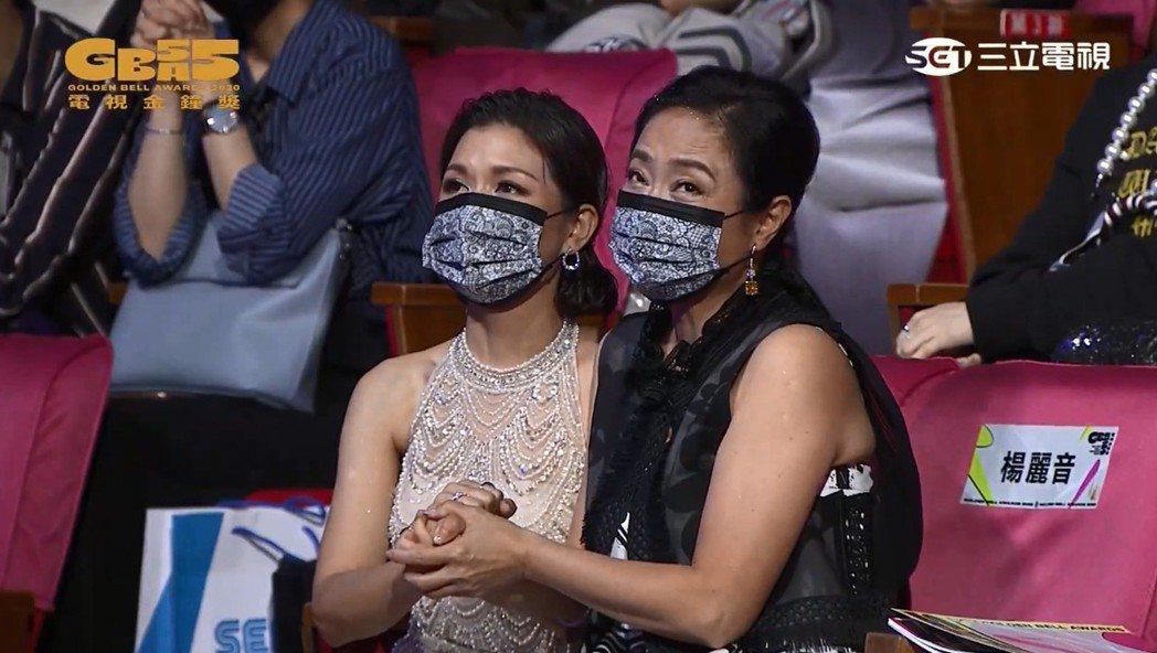 于子育(左)、楊麗音在獎項揭曉前緊握住彼此的手,但看不出表情。圖/翻攝自金鐘獎Y...