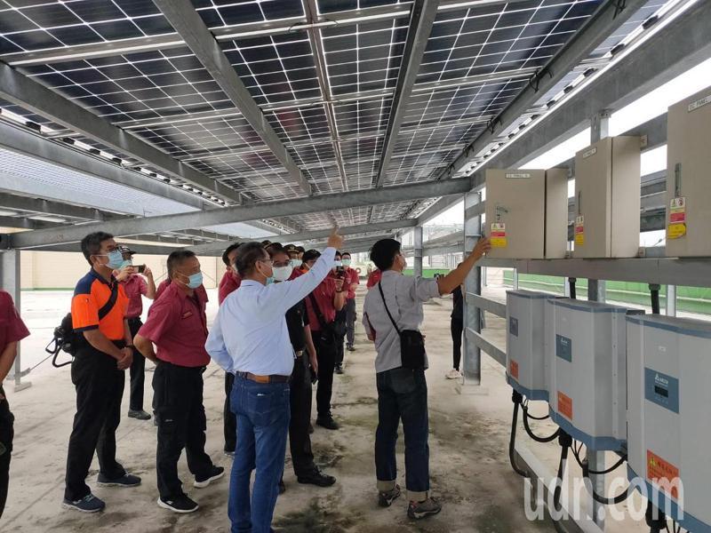 台南市消防局第二救災救護大隊辦理畜牧業太陽能光電搶救訓練。記者吳淑玲/翻攝