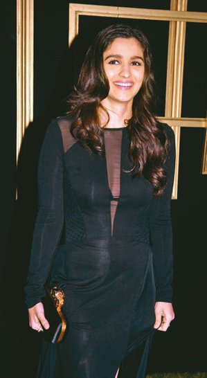 Maybelline India找當紅年輕印度女演員Alia Bhatt為產品代言,吸引當地大批女大學生。(網路照片)