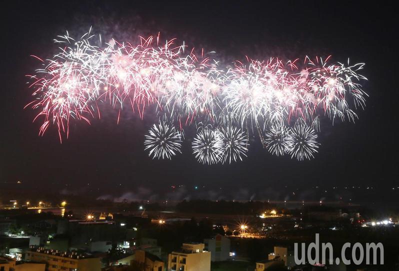 2020台南國慶煙今晚進試放,燦爛火花照亮夜空引起驚呼連連。記者劉學聖/攝影