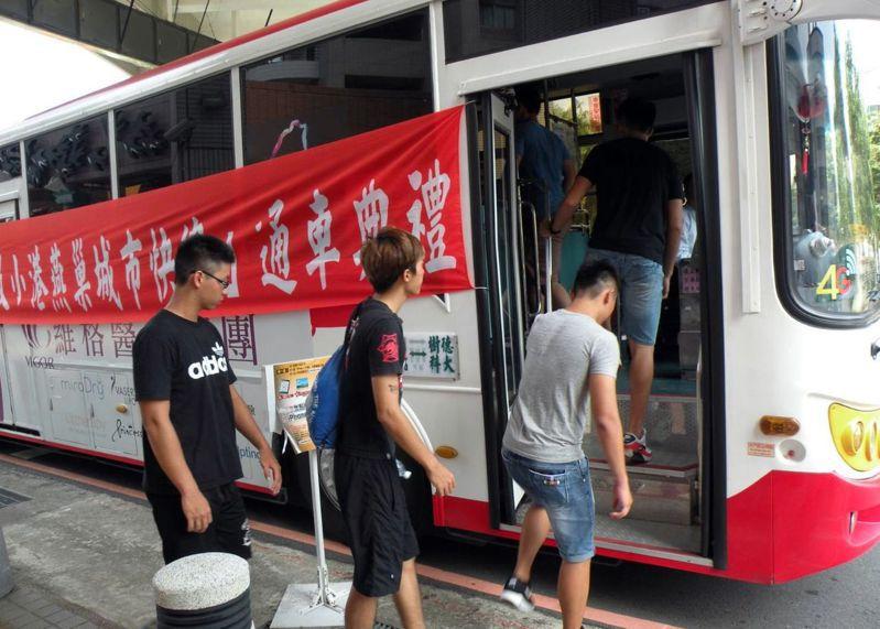 小港到燕巢快捷公車,讓高雄燕巢區各校大學生可搭乘直達市區。圖/樹德科大提供
