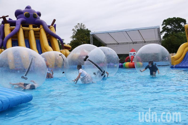 「2020滑水同玩節」今天開始試營運,戲水設施超好玩大受歡迎。圖/吳盈良提供