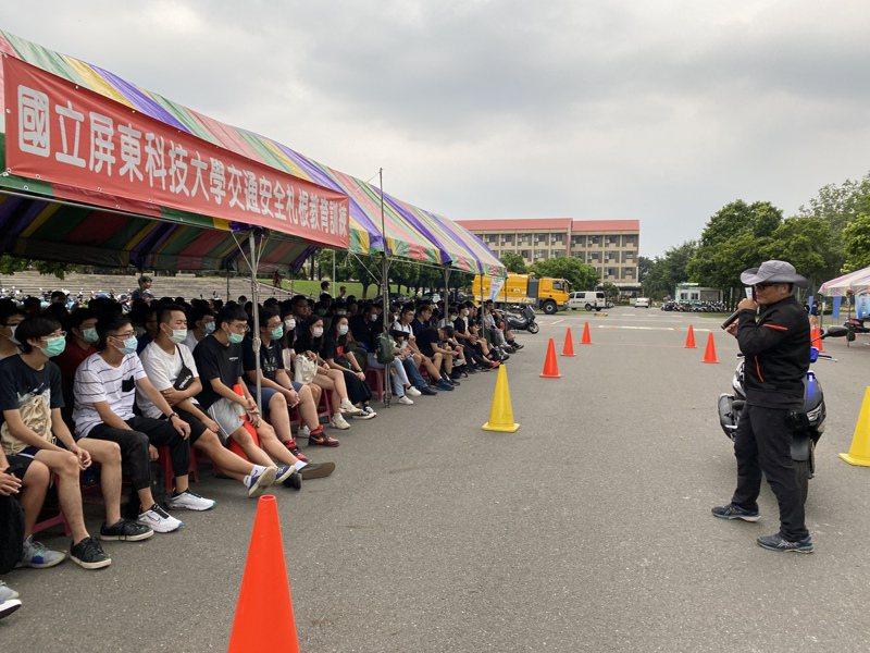 屏東科技大學規定大一新生要上交通安全課程,強化防禦駕駛觀念。記者劉星君/攝影