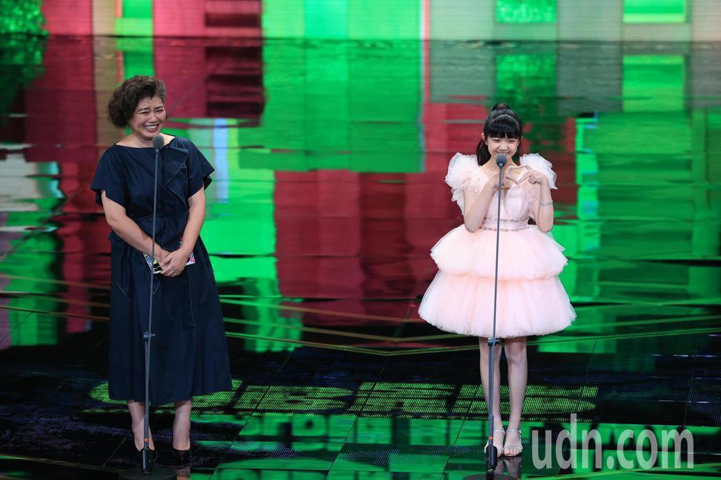 頒獎典禮換上Jasmine Galleria粉紅精靈蛋糕裙禮服,粉紅網紗立體褶皺...