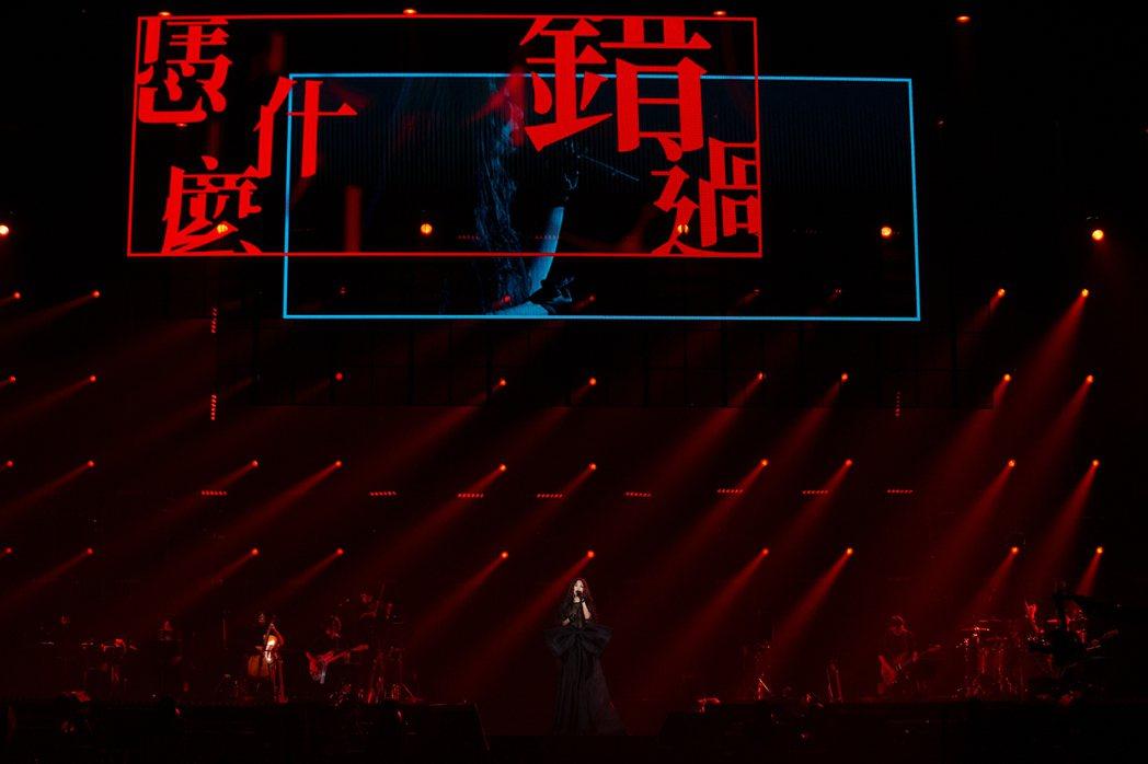 田馥甄穿上「底里歇斯」蝴蝶結裙裝,展現暗黑夜后氣勢。圖/何樂提供