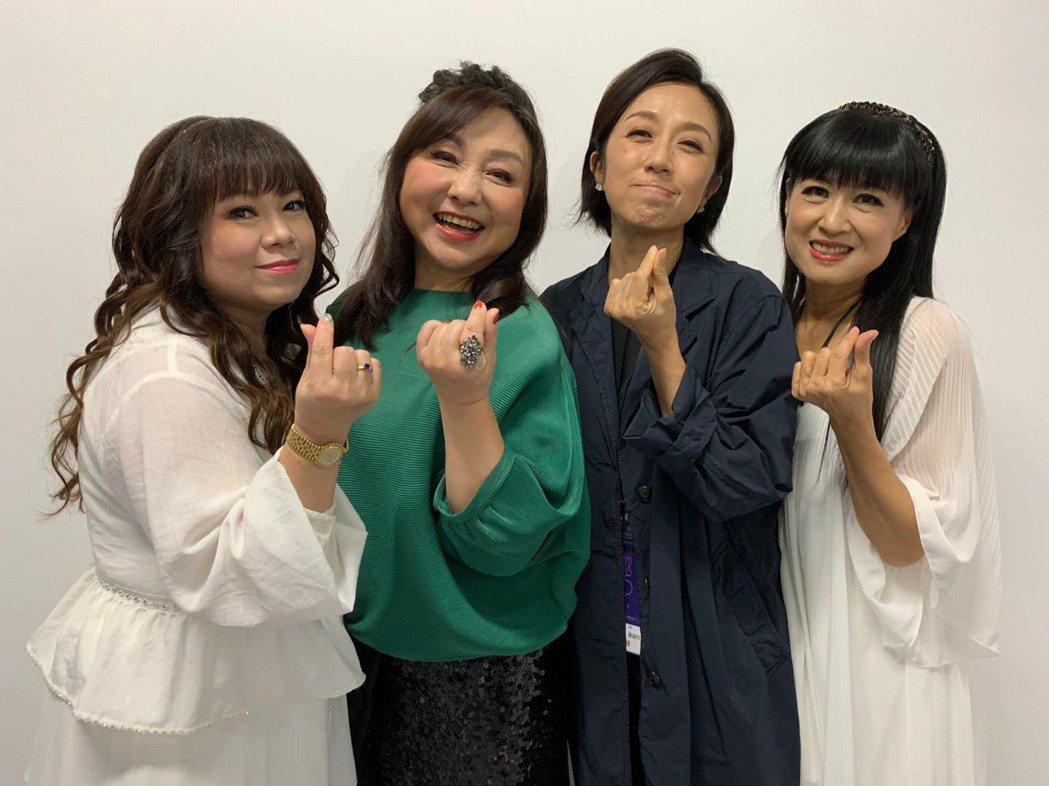 大南方閻宗玉(左起)、鄭怡、黃韻玲和小南方林明樺後台見面歡。圖/星光娛樂提供