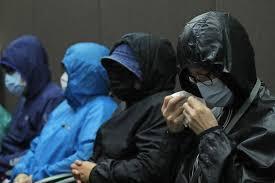 12名港人上月疑潛逃期間被內地海警截獲,其中六名被扣港人的家屬在9月12日現身,...