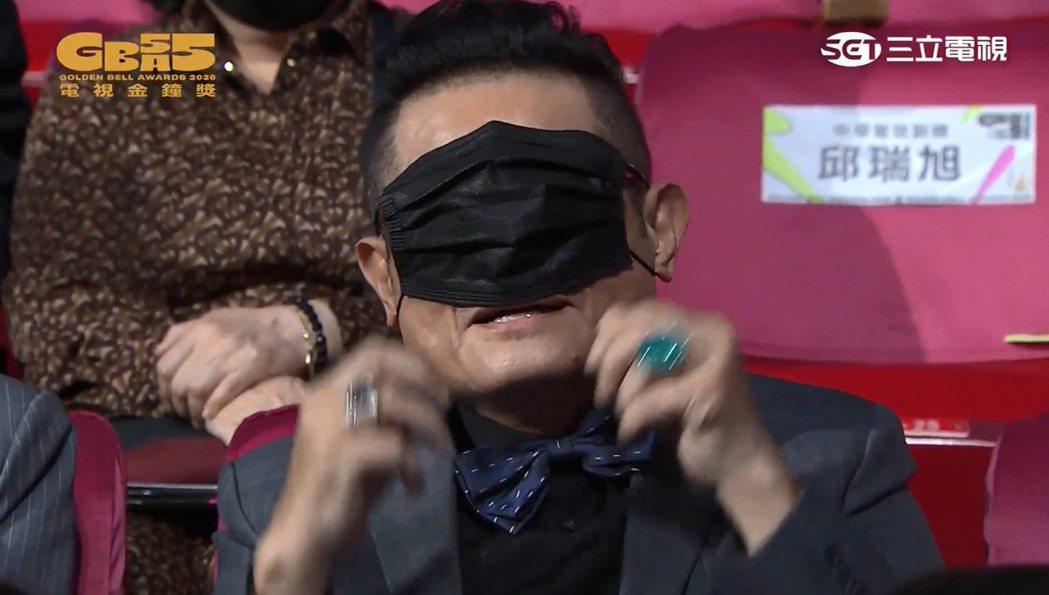 許效舜故意用口罩遮住眼睛。圖/摘自金鐘55官方YouTube