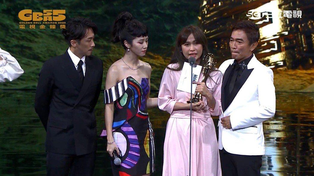 吳宗憲(右)與陳漢典(左)、Lulu黃路梓茵(左二)搭檔主持的「綜藝大熱門」拿下...