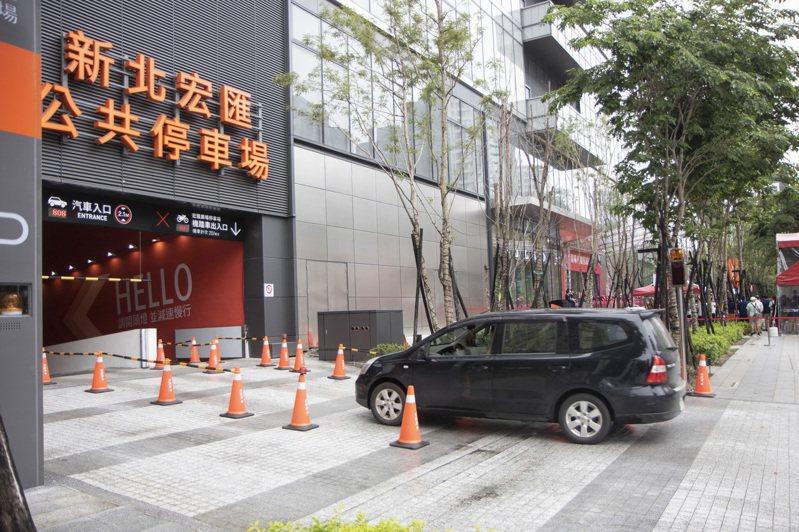 新北新莊宏匯廣場昨天起正式營運,議員擔心停車問題不解決,會影響新莊交通。記者王敏旭/攝影