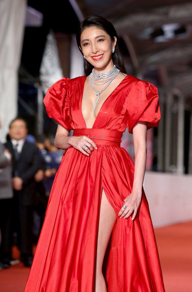 楊謹華穿Antoine Kareh Couture大紅深V禮服,配戴寶格麗珠寶。...