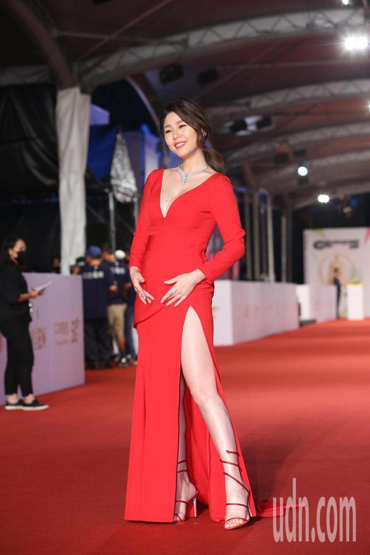 白家綺穿BOB Jian的紅色禮服,搭襯René Caovilla經典紅色Cle...