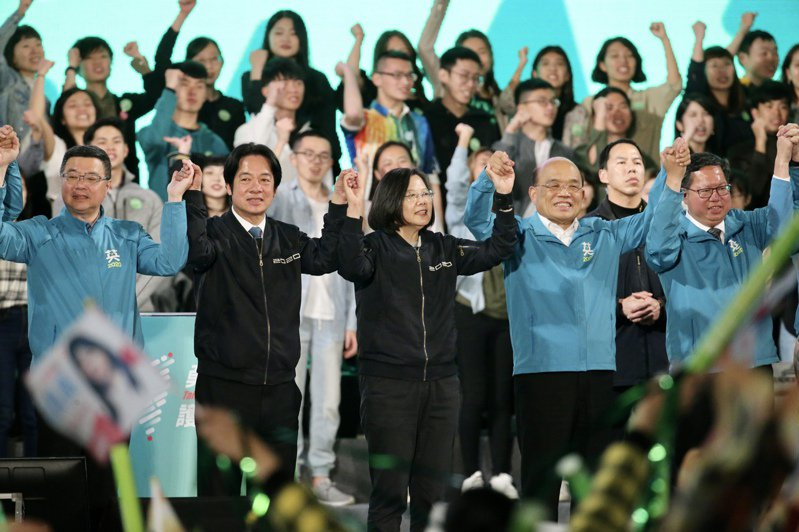 明天是民進黨卅四周年黨慶。民進黨今天舉辦「民主開唱」音樂會,蔡英文總統(前排左三)、副總統賴清德(前排左二)、行政院長蘇貞昌(前排左四)等人將與會。圖/聯合報系資料照片
