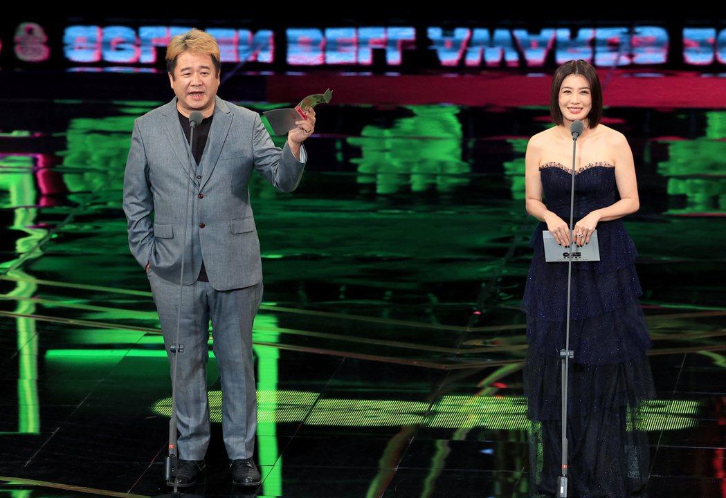 第55屆金鐘獎頒獎典禮在國父紀念館舉行,賈靜雯(右)與瞿友寧(左)擔任頒獎人。記