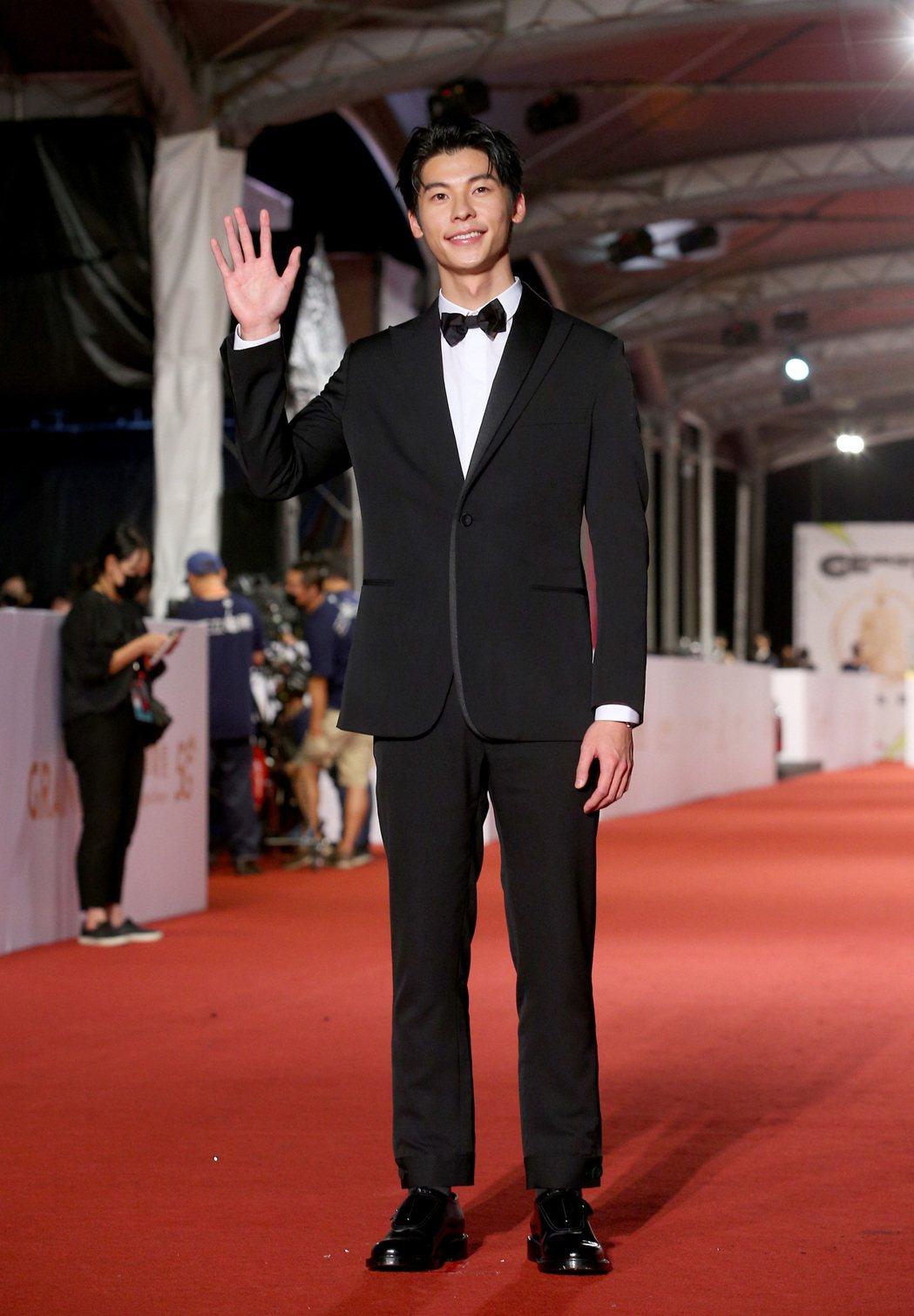 許光漢穿Dior黑色西裝及Dior黑色小牛皮德比孟克鞋,配戴Piaget腕表。記