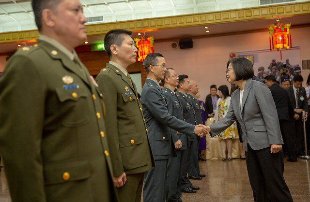 國軍將官數字近兩年不降反升,國防部指出,「當升則升」不必過度宥於過去的編制。   圖/總統府提供