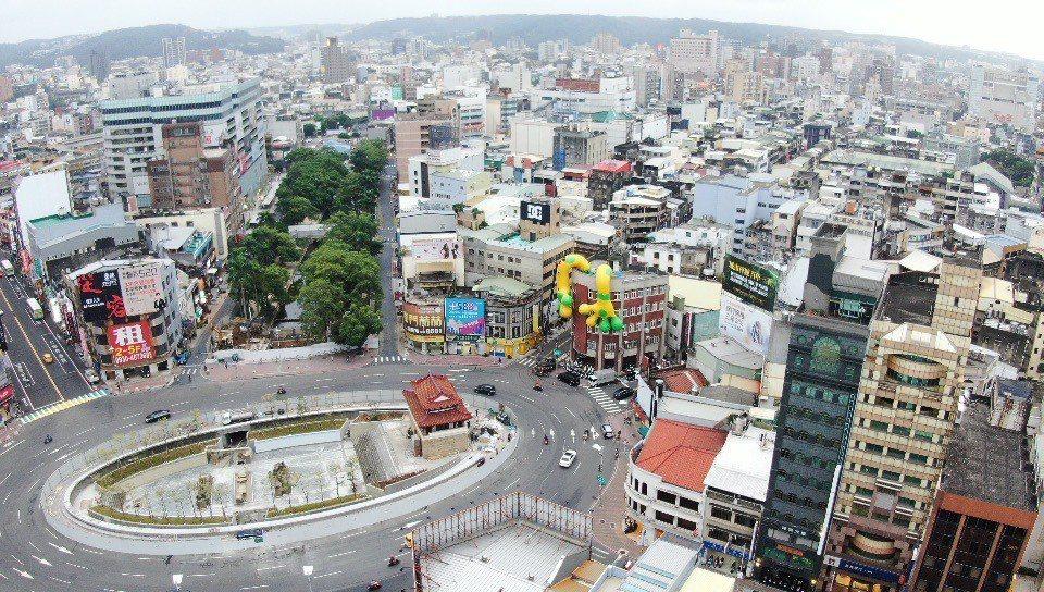 新竹獸盤據在建築物上。 圖/2020台灣設計展提供