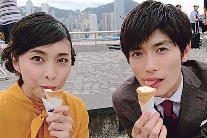三浦春馬、竹內結子在2019年拍攝《信用詐欺師JP:公主篇》,在香港街頭吃冰照。...