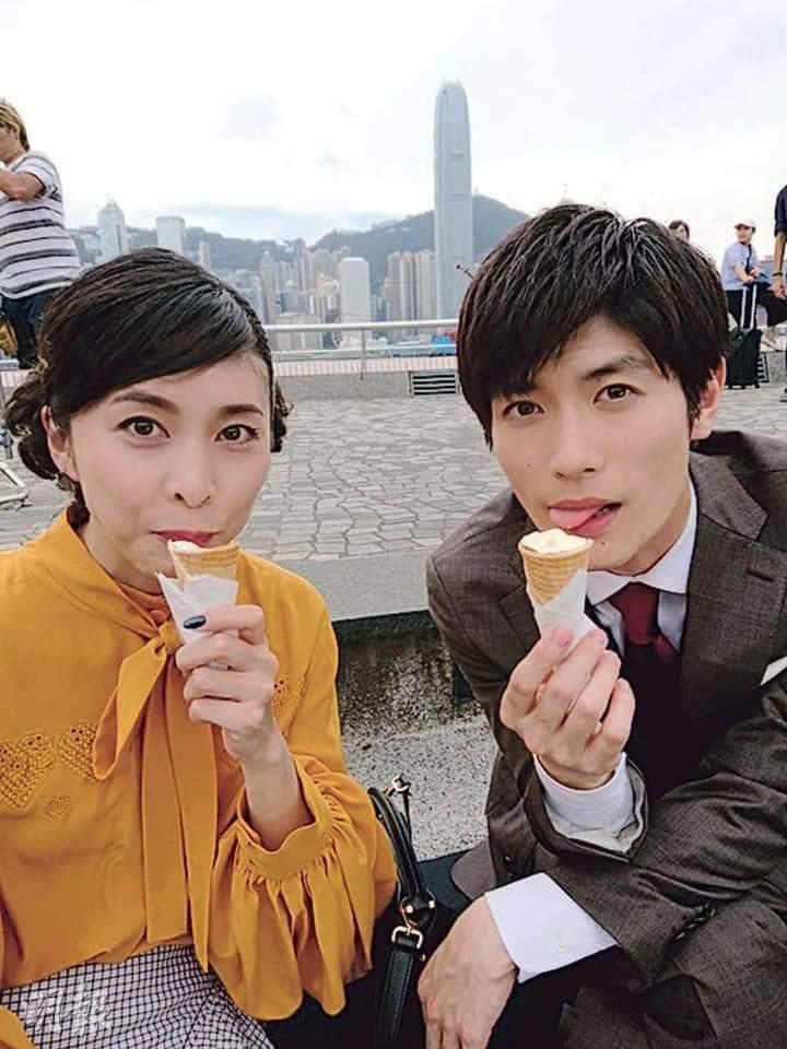 三浦春馬、竹內結子在2019年拍攝《信用詐欺師JP:公主篇》,在香港街頭吃冰照。圖/擷自IG