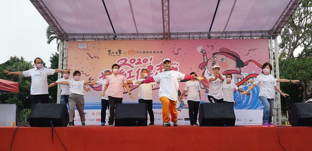 肌內效協會理事長、物理治療師簡文仁也在現場,帶領參加健走的民眾做「防癌熱身操」。...
