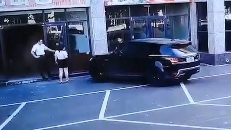 司機平白無故撞路3次,不但沒有道歉,反而嗆說「撞死你我賠得起」。圖擷自微博