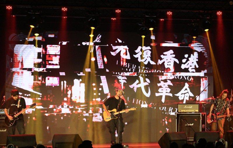 9/28是民進黨創34週年的黨慶,民進黨提前以「民主開唱」音樂會方式開場,音樂會上電子背板上可以見到,大大的「光復香港」字樣。記者黃義書/攝影