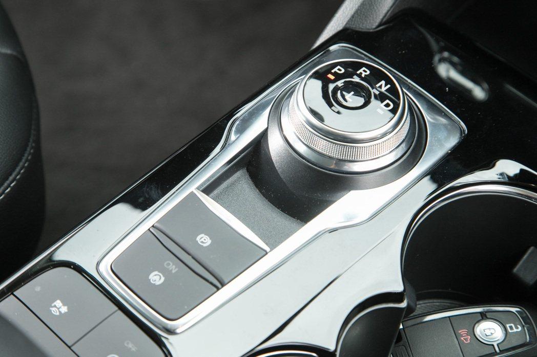 Kuga EcoBoost 180時尚型配備8速自排變速箱。 記者陳立凱/攝影