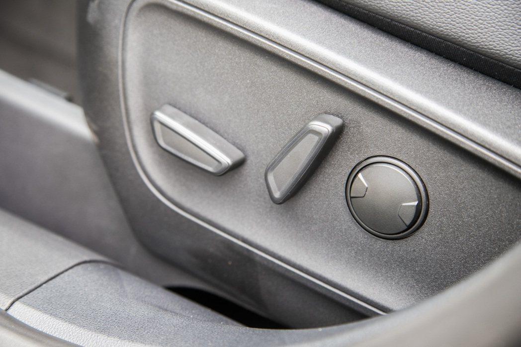高質感皮質座椅附駕駛座8向電動調整。 記者陳立凱/攝影